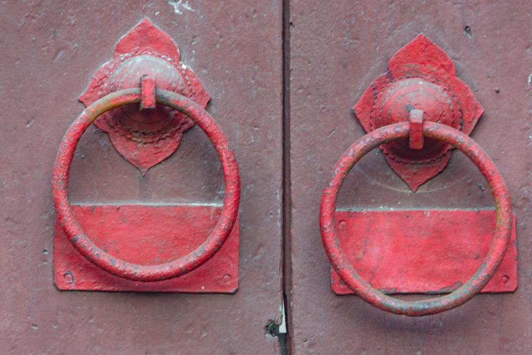 Red door handles in Hội An