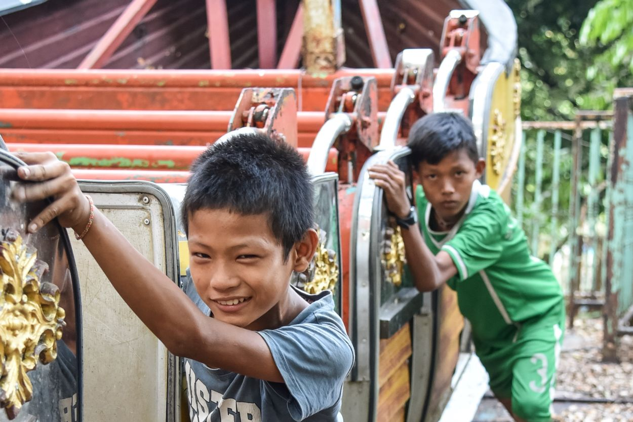 viking ship amusement ride